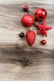 在土气木背景的红色圣诞节装饰品 看板卡例证向量xmas 新年好 顶视图 库存图片