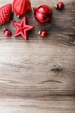 在土气木背景的红色圣诞节装饰品 看板卡例证向量xmas 新年好 免版税库存照片