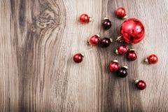 在土气木背景的红色圣诞节装饰品 免版税库存图片