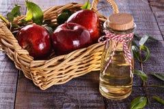 在土气木背景的苹果汁醋 库存照片