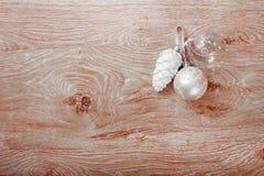 在土气木背景的银色圣诞节装饰品 库存图片