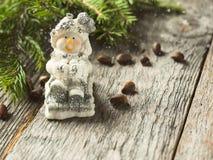 在土气木背景的雪人玩具 庆祝圣诞节新年度 库存照片