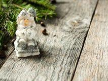 在土气木背景的雪人玩具 庆祝圣诞节新年度 库存图片