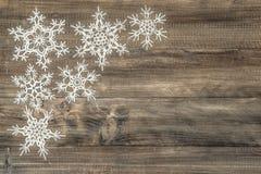 在土气木背景的雪花 欢乐的装饰 库存照片