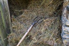 在土气木谷仓骤然塞进基于堆干草 免版税库存照片