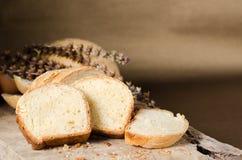 在土气木,自创面包店的切的面包 免版税库存照片