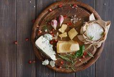 在土气木头、蓝色羊乳干酪和巴马干酪的乳酪顶视图 免版税图库摄影