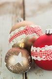 在土气木头的三个圣诞节中看不中用的物品 免版税库存图片