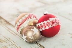 在土气木头的三个圣诞节中看不中用的物品 免版税图库摄影