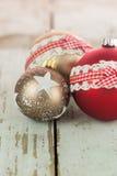在土气木头的三个圣诞节中看不中用的物品 免版税库存照片