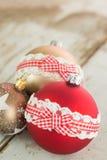 在土气木头的三个圣诞节中看不中用的物品 库存照片