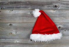 在土气木头的传统圣诞老人帽子 免版税图库摄影