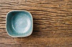 在土气木头的空的碗,日本手工制造陶瓷碗, cera 库存图片