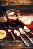 在土气杯子的被仔细考虑的酒用香料和成份在木背景 顶视图,平的位置 减速火箭的被定调子的照片 复制空间为 免版税库存照片