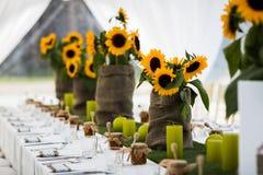 在土气样式布置的婚礼桌 免版税库存照片