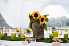 在土气样式布置的婚礼桌 免版税图库摄影