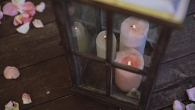 在土气样式的婚礼装饰 在瓶和玻璃箱子的蜡烛在户外婚礼 影视素材