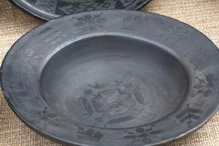 在土气样式的黏土盘在市场 免版税库存照片