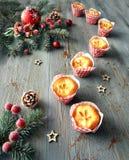 在土气桌上的柠檬微型松饼与圣诞节装饰 免版税库存图片