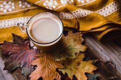 在土气桌上的热的咖啡与叶子 免版税图库摄影