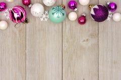 在土气白色木头的淡色圣诞节中看不中用的物品上面边界 免版税库存图片