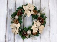 在土气白色木的假日白色一品红圣诞节花圈 库存图片