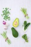 在土气白色背景的新绿色菜品种从t 库存照片