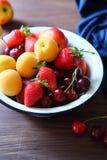在土气碗的夏天果子 免版税库存照片