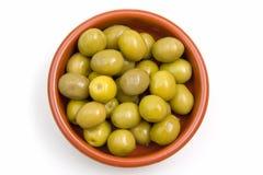在土气碗的橄榄从上面 免版税库存图片