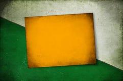 在土气纹理一半白人和绿色背景的葡萄酒海报 库存照片