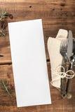 在土气老餐馆木表上的空白的菜单 免版税库存图片