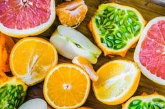 在土气背景的五颜六色的柑橘水果 库存照片