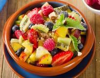 在土气背景的健康自创水果沙拉 库存照片