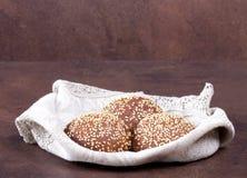 在土气背景的圆的面包 库存照片