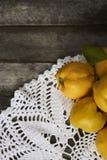 在土气背景的很多苹果柑橘 顶视图 免版税库存照片