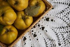 在土气背景的很多苹果柑橘 顶视图 免版税库存图片