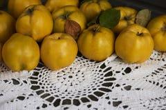 在土气背景的很多苹果柑橘 顶视图 库存照片