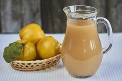 在土气背景的新鲜的柑橘汁 免版税库存图片