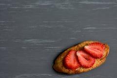 在土气背景的新鲜的草莓 免版税库存图片