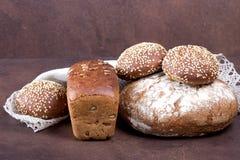 在土气背景的新鲜面包 库存照片