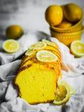 在土气背景的柠檬蛋糕 库存照片
