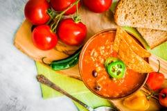 在土气背景的热和辣新鲜的做的墨西哥辣椒汤 图库摄影