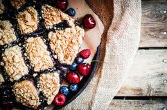 在土气背景的自创莓果蛋糕 库存图片