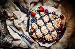 在土气背景的自创莓果蛋糕 免版税库存图片