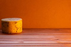 在土气背景的被手工造的乳酪 免版税库存照片