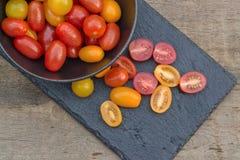 在土气设置的新鲜的水多的祖传遗物蕃茄 免版税库存照片