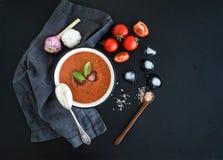 在土气金属碗的Gazpacho汤有新鲜的 免版税库存照片