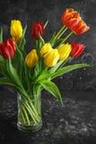 在土气黑暗的背景的浪漫郁金香bouqet 库存图片