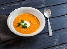 在土气轻的木板的健康奎奴亚藜红萝卜汤 免版税库存图片