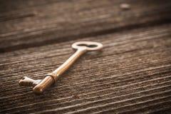 在土气Barnwood的老黄铜万能钥匙 免版税图库摄影